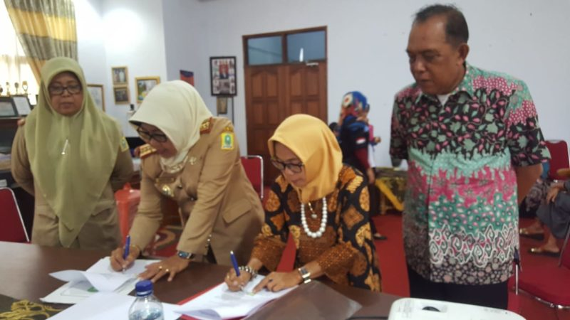 Penandatanganan kerjasama antara LKS Sakura dengan Kepala Dinas Pemberdayaan Perempuan Kabupaten Sinjai.