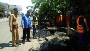 Pemdes Pakkanna Gandeng DLH Wajo Bersihkan Drainase Jalan Poros