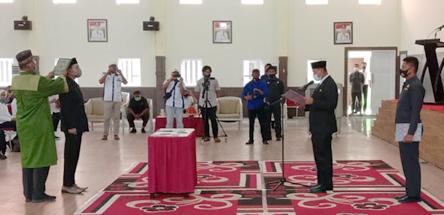 Bupati Wajo saat melantik dan mengambil sumpah jabatan Andi Dedy Ahmad Iqbal sebagai Direktur PDAM Kab. Wajo periode 2020-2025 di Ruang Pola Kantor Bupati Wajo Rabu, 23 September 2020.