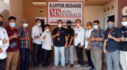 Kru Media Sinergi grup berpose bersama usai pelaksanaan verifikasi faktual oleh Dewan Pers secara virtual