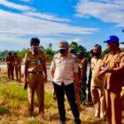 Bupati Pinrang A Irwan Hamid kembali turun sawah Bersama para petani untuk melakukan Gerakan pengendalian Hama Tikus, Selasa 3 Agustus 2021