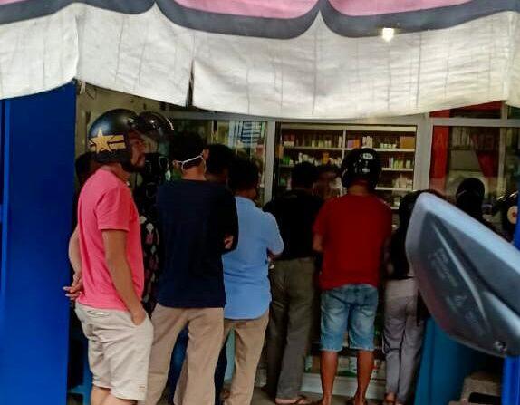 Tampak antrian warga membeli obat disalah satu apotik di kota Pinrang.--ist--